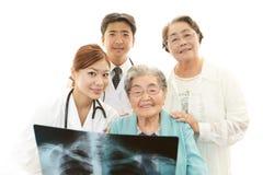 Personnel médical asiatique de sourire avec dames âgées Photo stock