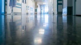 Personnel médical au couloir du ` s de clinique banque de vidéos