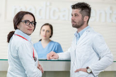 Personnel médical ayant la discussion dans le couloir moderne d'hôpital Images libres de droits