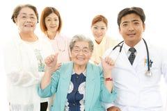 Personnel médical de sourire avec dames âgées Photos stock
