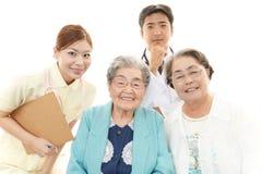 Personnel médical de sourire avec dames âgées Photos libres de droits