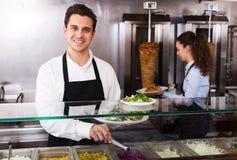 Personnel posant au compteur de chiche-kebab Image libre de droits