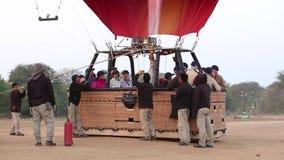 Personnel préparant les ballons à air chauds dans Bagan banque de vidéos