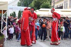 Personnel rouge de cirque sur des échasses Photos libres de droits
