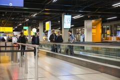 Personnes à l'aéroport marchant aux portes Photo libre de droits