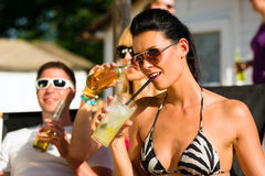 Personnes à la plage buvant ayant une réception Images stock