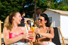 Personnes à la plage buvant ayant une réception Photographie stock libre de droits