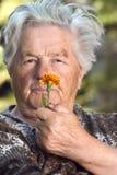 Personnes âgées avec la fleur Photo libre de droits