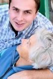 Personnes âgées et jeunes image libre de droits