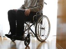 Personnes âgées handicapées dans un fauteuil roulant dans la chambre Photos libres de droits