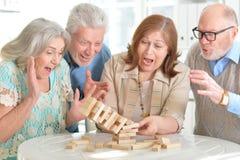 Personnes âgées jouant des jeux de société Images stock