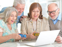 Personnes âgées jouant des jeux de société Photo libre de droits