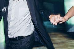 Personnes élégantes heureuses dansant et ayant l'amusement à la réception de mariage Photographie stock libre de droits