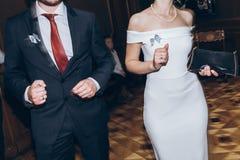 Personnes élégantes heureuses dansant et ayant l'amusement à la réception de mariage Photo libre de droits