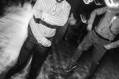 Personnes élégantes heureuses dansant et ayant l'amusement à la réception de mariage Photos libres de droits