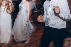 Personnes élégantes heureuses dansant et ayant l'amusement à la réception de mariage Photographie stock