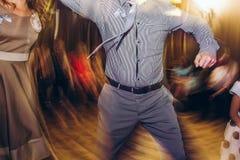 Personnes élégantes heureuses dansant et ayant l'amusement à la réception de mariage Image stock