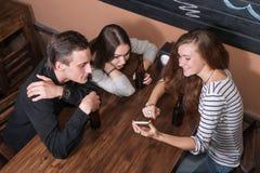 Personnes étonnées se réunissant dans un café Image stock