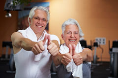 Personnes aînées heureuses en gymnastique Image libre de droits