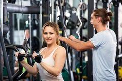 Personnes actives ayant la formation d'haltérophilie dans le club Photo libre de droits