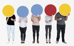 Personnes anonymes dépendantes au media social utilisant leurs téléphones photo libre de droits