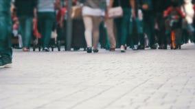 Personnes anonymes de foule marchant sur la rue Pieds de foule banque de vidéos
