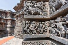 Personnes antiques et lions de mythe sur le vieux mur du temple Vieille illustration indienne Photo stock