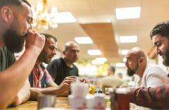 Personnes arabes appréciant un repas traditionnel d'Iftar Photographie stock libre de droits