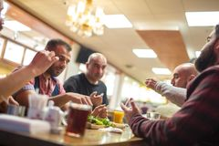 Personnes arabes appréciant un repas traditionnel d'Iftar Images libres de droits