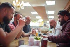 Personnes arabes appréciant un repas traditionnel d'Iftar Photos stock