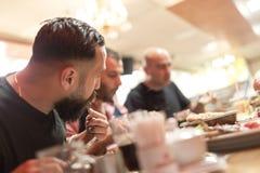 Personnes arabes appréciant un repas traditionnel d'Iftar Image libre de droits