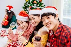 Personnes asiatiques à la fête de Noël Photos libres de droits