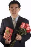Personnes asiatiques avec les roses et le présent Photos libres de droits