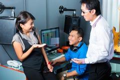 Personnes asiatiques dans le studio d'enregistrement Images stock