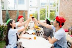 Personnes asiatiques de groupe buvant à la partie extérieure Images libres de droits