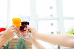 Personnes asiatiques de groupe buvant à la partie extérieure groupe de cocktails d'amis à disposition avec des verres Photographie stock