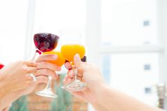 Personnes asiatiques de groupe buvant à la partie extérieure groupe de cocktails d'amis à disposition avec des verres Photo stock