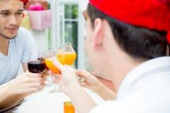 Personnes asiatiques de groupe buvant à la partie extérieure groupe de cocktails d'amis à disposition avec des verres Fin vers le Images libres de droits