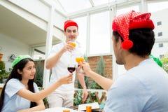 Personnes asiatiques de groupe buvant à la partie extérieure groupe de cocktails d'amis à disposition avec des verres Fin vers le Image libre de droits