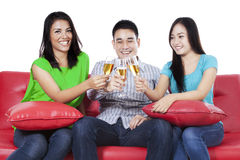 Personnes asiatiques grillant avec le champagne Photos libres de droits