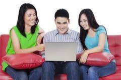 Personnes asiatiques surfant sur l'Internet en ligne Photo stock