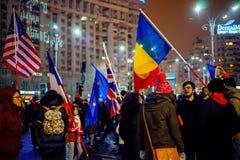 Personnes avec des drapeaux protestant contre la corruption, Bucarest, Roumanie Photographie stock