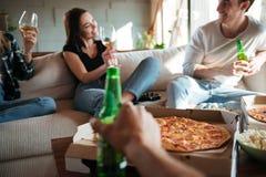Personnes avec la pizza, le vin et la bière parlant et riant Photo libre de droits
