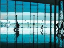 Personnes avec le bagage marchant à l'aéroport Photo libre de droits