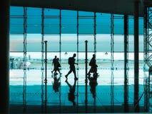 Personnes avec le bagage marchant à l'aéroport Images libres de droits