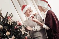 Personnes avec plaisir positives tenant l'arbre de Noël proche Images libres de droits