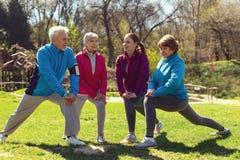 Personnes avec plaisir s'exerçant en parc Photo libre de droits