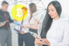 Personnes avec succès asiatiques commerçant, Blockchain avec le cryptocurrency de Bitcoin, marché coréen Photo stock