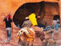 Personnes bédouines se reposant dans la caverne images stock