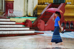 Personnes birmannes marchant à la pagoda de Shwemawdaw Paya dans Bago, Myanmar images stock